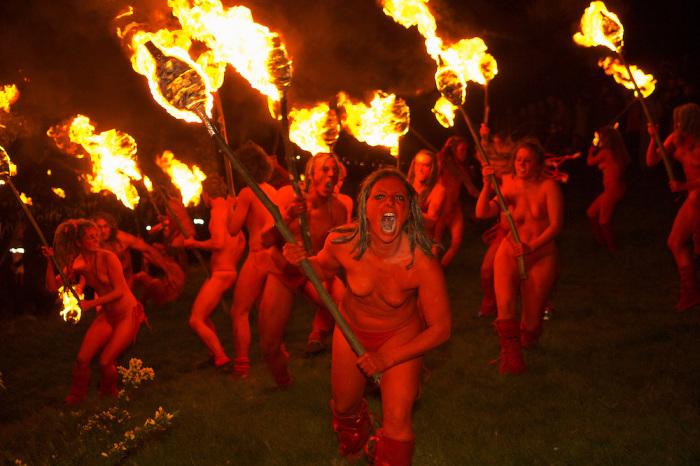 Красные Люди на фестивале огня в Эдинбурге. | Фото: jimrichardson.photoshelter.com.