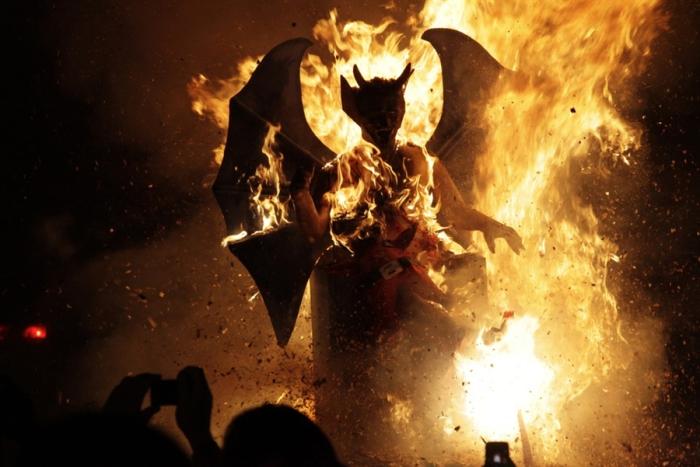 Чучела дьявола на костре во время фестиваля в Антигуа. | Фото: tes.com.