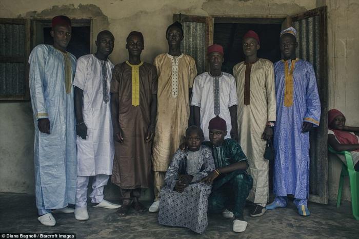 Групповое фото девяти мужчин, прошедших обряд инициации.
