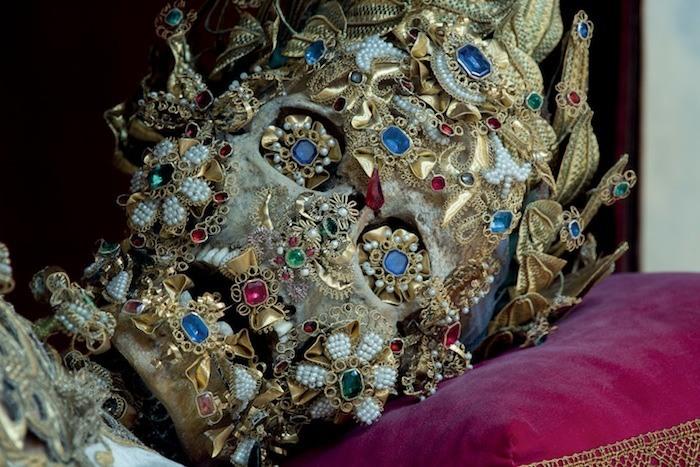 Украшенный драгоценностями скелет Святого Бенедикта.