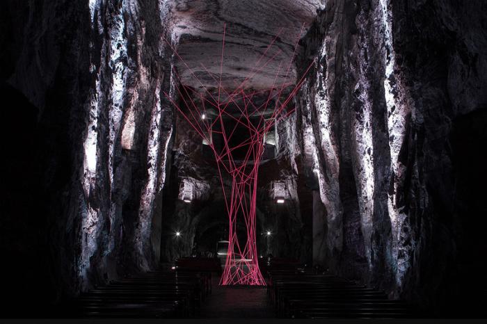 Современная арт инсталляция в соборе Зипакуира недалеко от Боготы, Колумбия.