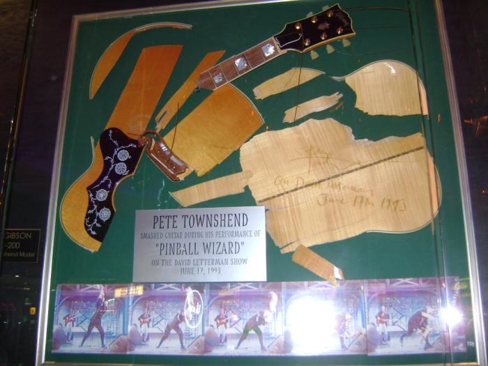 Акустическая гитара Gibson J-200, разбитая Питом Таунсендом в 1993 году. | Фото: thewho.net.
