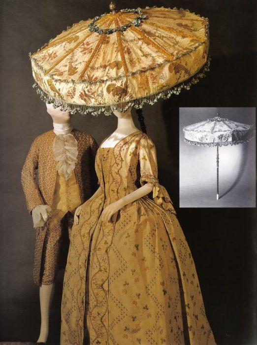Мужское и женское платья и невероятный «парасоль». 1760-е годы.   Фото: pinterest.com.