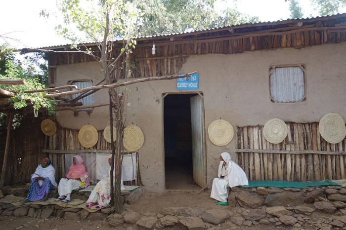 Дом престарелых в Аура Амба. Номера и уход предоставляются бесплатно, а сам объект обслуживается всей коммуной. | Фото: atlasobscura.com.