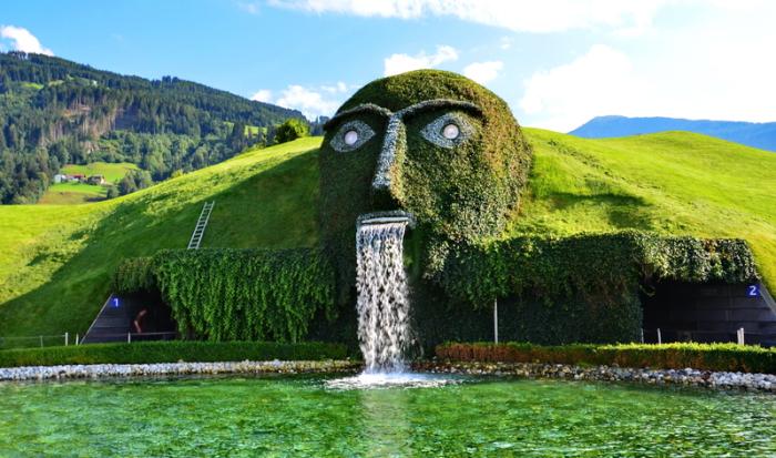 Удивительный водопад с видом на тематический парк кристаллов Swarovski.