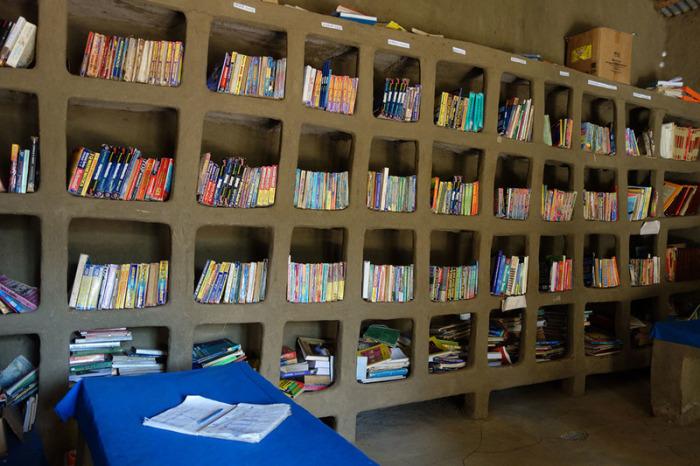 Библиотека в Аура Амба в основном состоит из учебников для школьников. | Фото: atlasobscura.com.