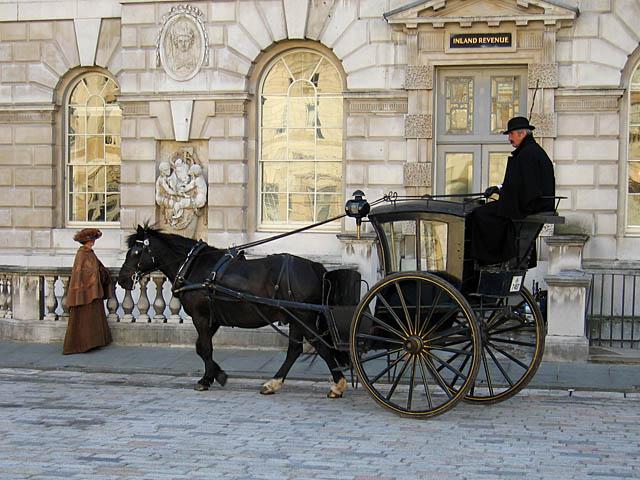 Лондонский кэб с кучером на съемках очередного фильма о Шерлоке Холмсе. | Фото: en.wikipedia.org.