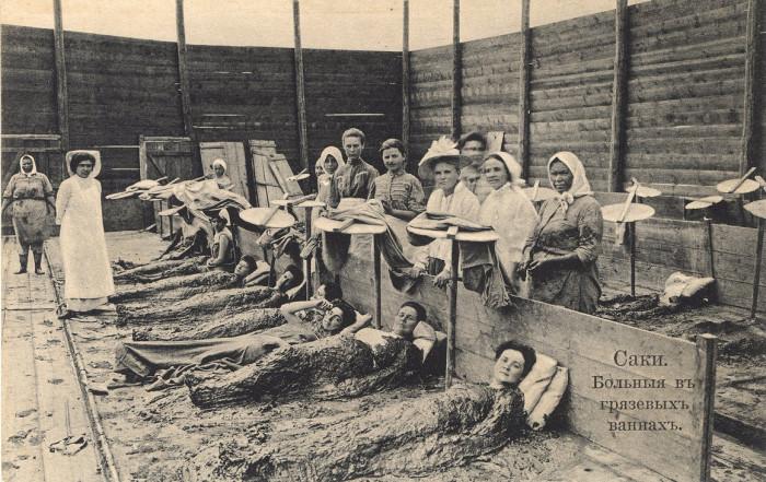 Женщины лежат в лечебной грязи в Саках, Крым. | Фото: atlasobscura.com.