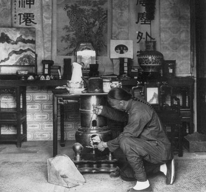 Приготовление чая в Пекине, 1901 год. | Фото: atlasobscura.com.