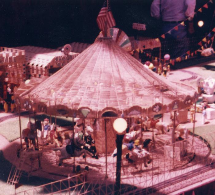 Берк окрашивал вручную свои макеты, например как эта сделанная в 1970-е годы карусель. | Фото: atlasobscura.com.