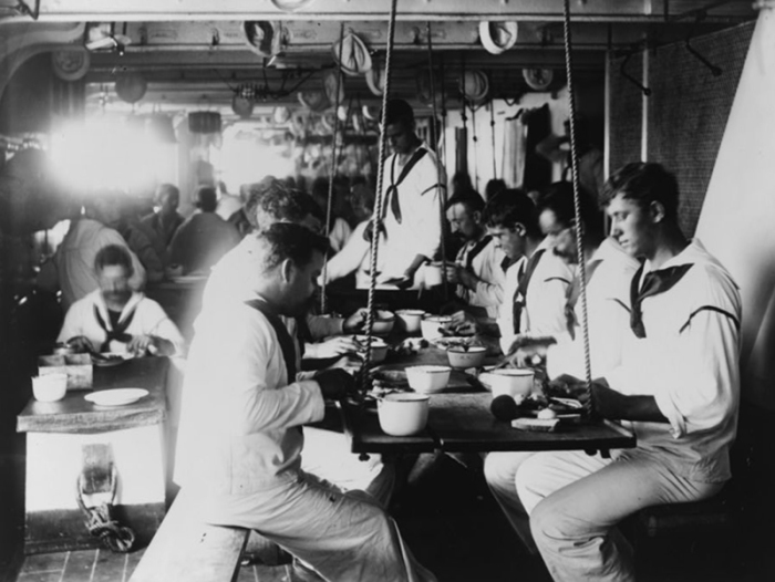 Прием пищи на борту крейсера USS Olympia, 1899 г. | Фото: atlasobscura.com.