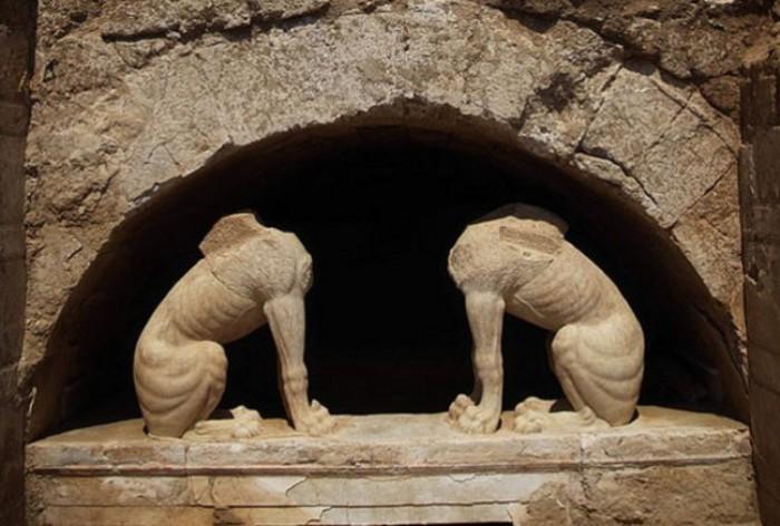 Сфинксы на входе в гробницу в Амфиполисе. | Фото: news.softpedia.com.