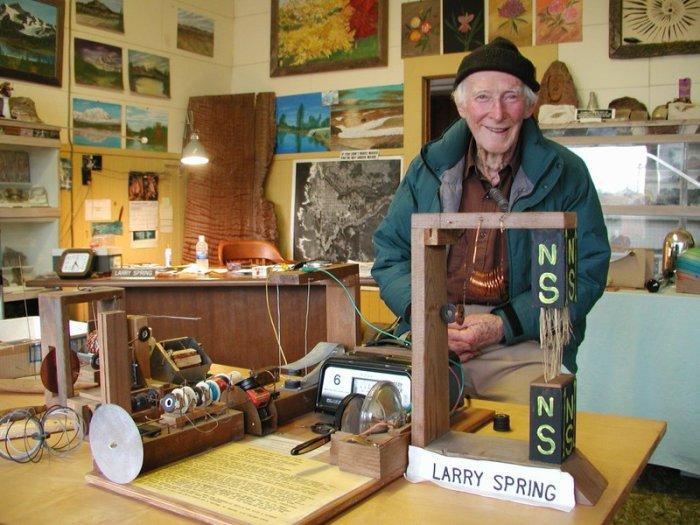 Ларри Спринг и некоторые из его самодельных инструментов.   Фото: facebook.com.