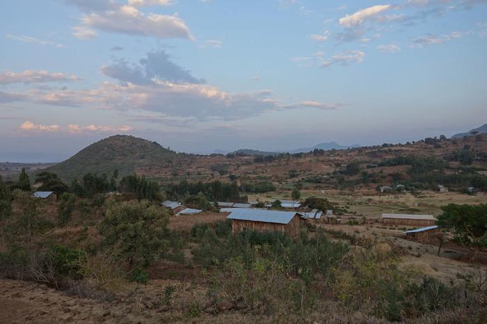 Вид с окружающих холмов на Аура Амба. |Фото: atlasobscura.com.