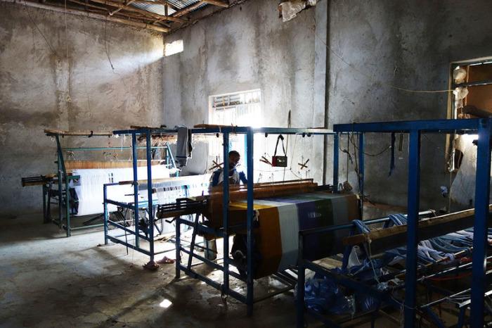 Мужчина работает на текстильной фабрике в Аура Амба. | Фото: atlasobscura.com.