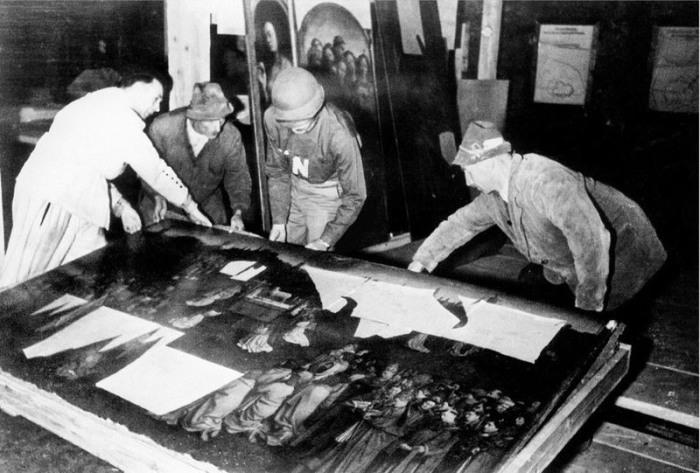 Гентский алтарь извлекают из шахты. | Фото: en.wikipedia.org.