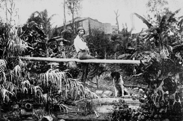 Клемент Рагге у себя дома в Брисбене, Австралия, около 1902 года. | Фото: atlasobscura.com.