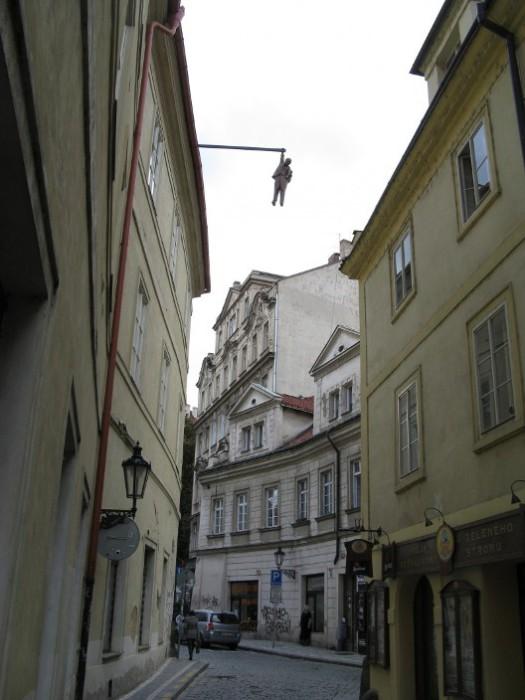 То, что выглядит как попытка самоубийства - на самом деле статуя Зигмунда Фрейда. | Фото: praga-praha.ru.
