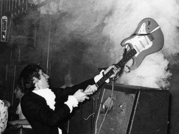 Пит Таунсенд из группы The Who разбивает свою гитару. | Фото: pinterest.com.