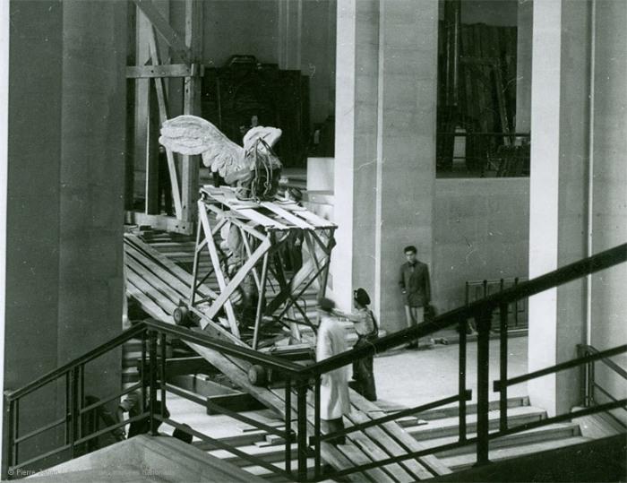 Эвакуация предметов искусства из Лувра. Вывозят статую Ники Самофракийской. Фото: louvre.fr.