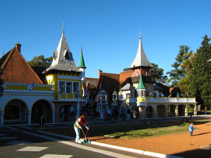 Средневековые улочки с готическими крышами.