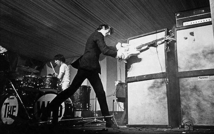 Британский рок-гитарист Пит Таунсенд разбивает свой инструмент. | Фото: youtube.com.