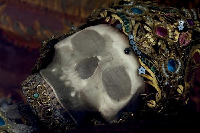Череп Святого Гетро (St. Getreu) в Урсберге, Германия, покрыт шелковой сеткой и украшением, сплетенным из тонкой проволоки с драгоценными камнями.