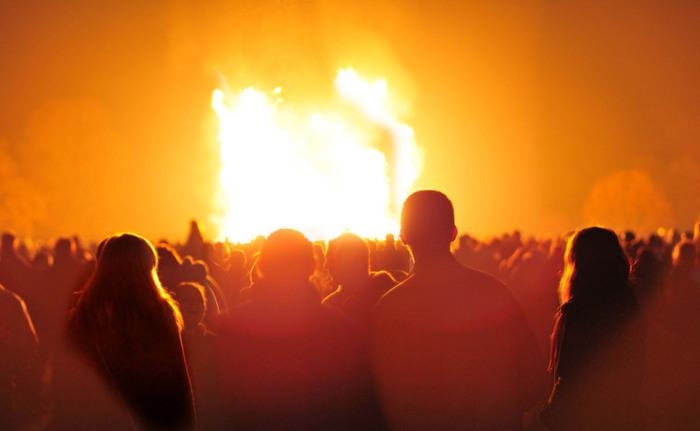 Зрители вокруг костра возле города Дадли. | Фото: en.wikipedia.org.