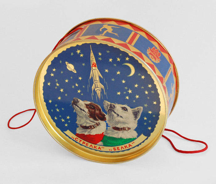 Жестяная коробка для конфет, украшенная изображениями Стрелки и Белки. Такие подарки вручались юным посетителям Кремлевской елки 1961 года.