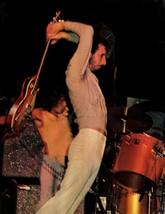 Пит Таунсенд разбивает Gibson Les Paul Deluxe в Мэдисон-сквер-гарден, 1974 год. | Фото: thewho.net.