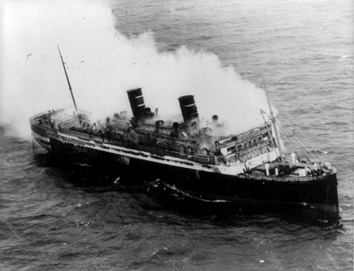 Горящий лайнер «Морро Касл» в открытом океане, 8 сентября 1934 года. | Фото: commons.wikimedia.org.