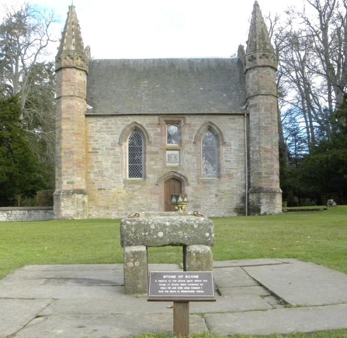 Реплика Скунского камня возле часовни в Шотландии. | Фото: flickr.com.
