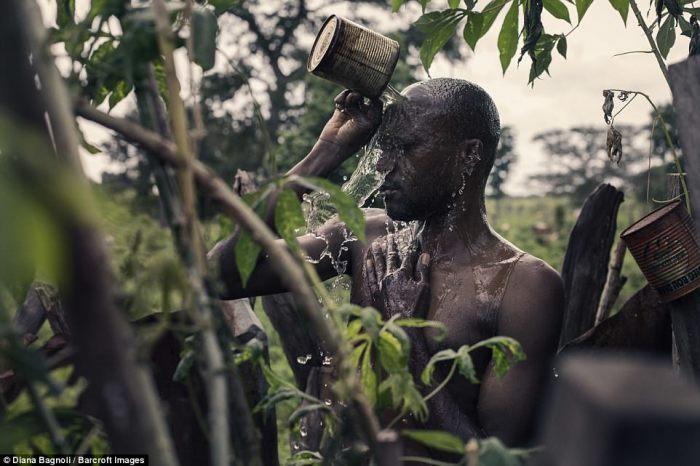 Умывание водой с травами, которую приготовил шаман.