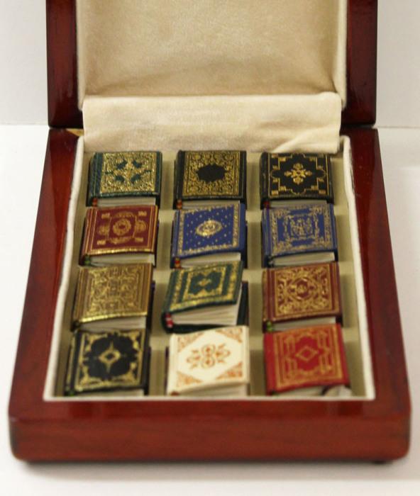 Коллекция из двенадцати книг с текстами Шекспира, изданных в Канаде в 2000 году.