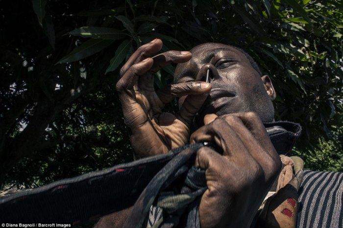 Человек проверят свою выдержку, протыкая гвоздем ноздрю.