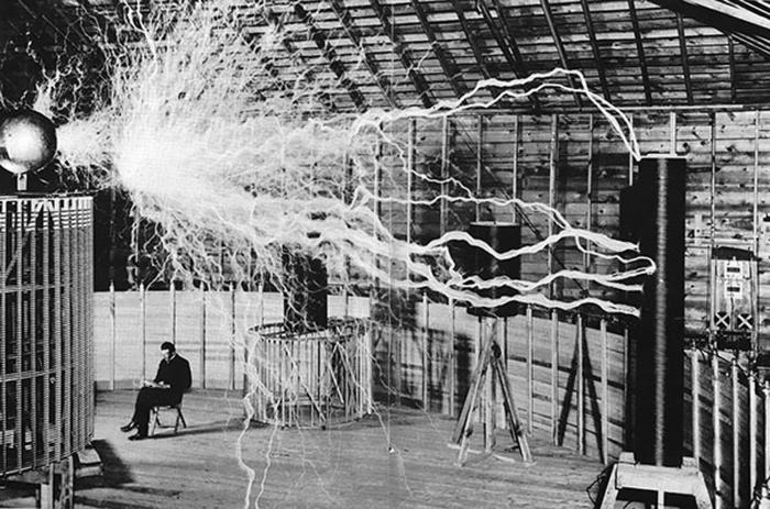Никола Тесла за работой. | Фото: wackbag.com.