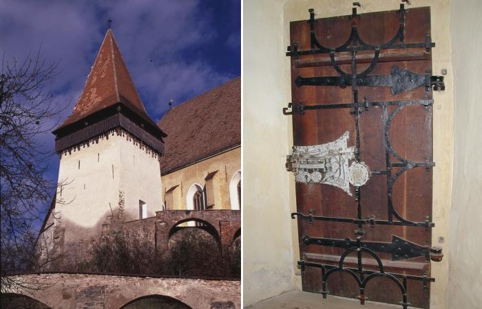 В церковной башне за множеством замков находится комната, в которой спасали семьи.