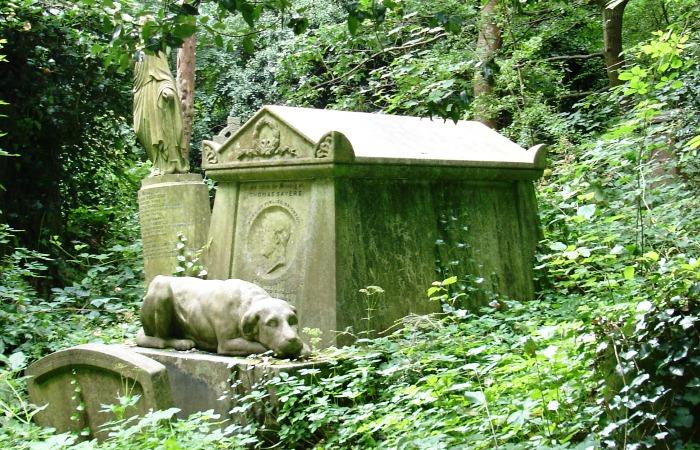 Утопающая в зелени могила на Хайгейтском кладбище. | Фото: ru.wikipedia.org.