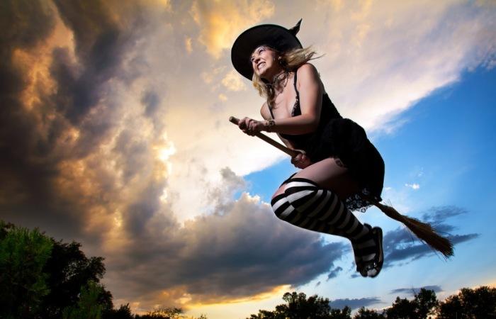 Традиционный образ ведьмы на метле. | Фото: gif-jpg-png.ru.