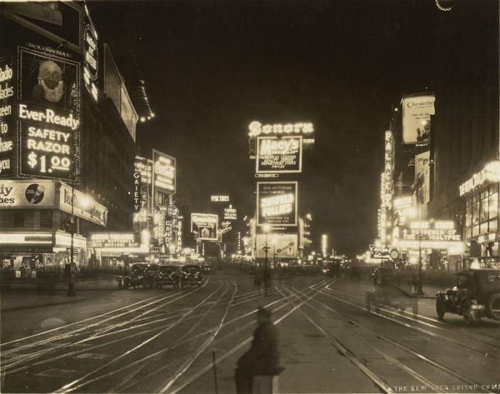 Ночной вид Бродвея со стороны 45-й Стрит, 1923 г. | Фото: atlasobscura.com.
