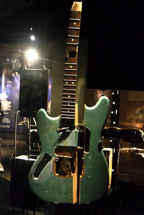 Первая гитара, которую Курт Кобейн разбил на сцене. Музей EMP в Сиэтле. | Фото: reddit.com.