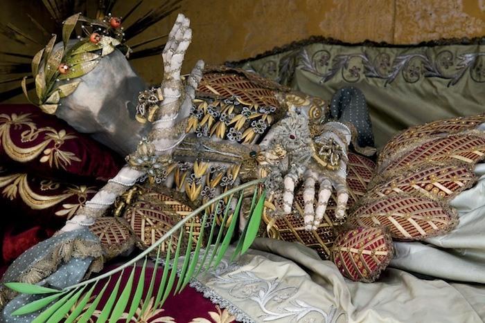 Мощи Святого Винсента, укрытые золотой сеткой.