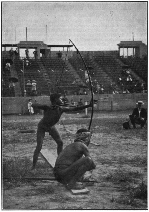 Пигмей, стреляющий из лука, 1904 год. | Фото: oztypewriter.blogspot.com.