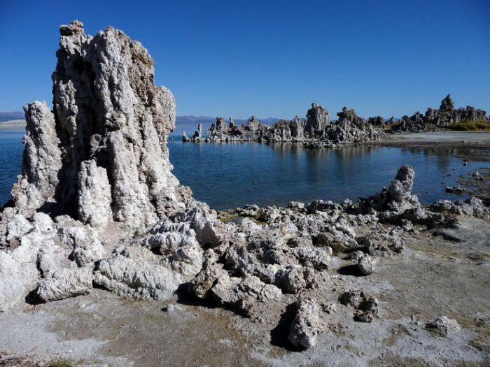 Известково-туфовые башни озера Моно. | Фото: ru.wikipedia.org.