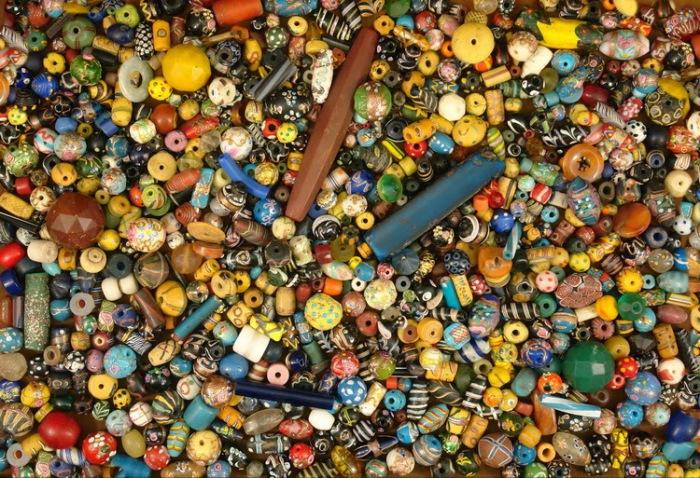 Бусы, бисер и стеклярус, которыми европейцы расплачивались за рабов, покупаемых у туземных князьков. | Фото: usslave.blogspot.com.