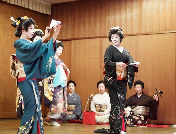 Ученицы гейш учат танец. | Фото: Фото: en.wikipedia.org.