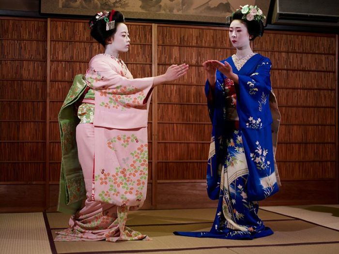 Танцевальная постановка двух учениц, майко. | Фото: en.wikipedia.org.