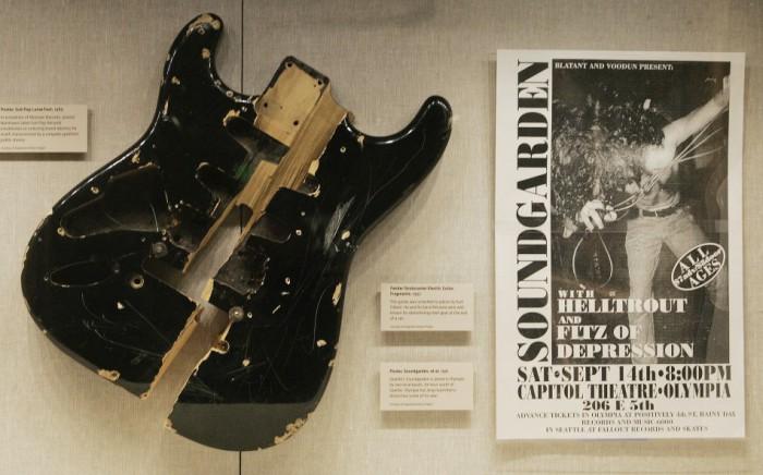 Фрагменты электрогитары Fender Stratocaster, которую певец Курт Кобейн разбил на куски в 1992 году. | Фото: ibtimes.co.uk.