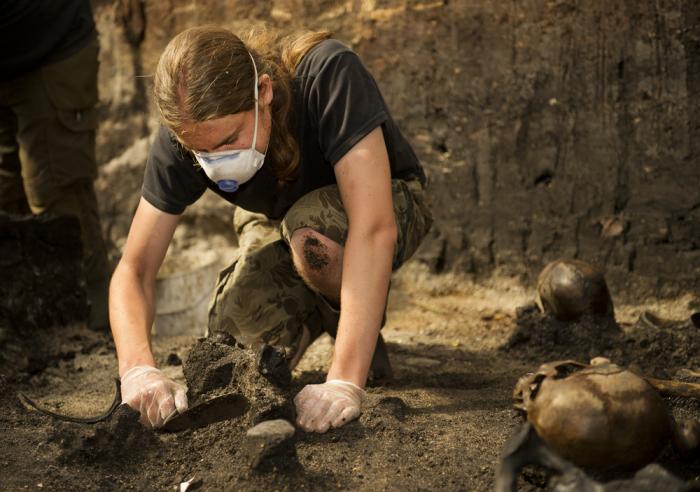 Археолог на раскопках в Алкен Энге. | Фото: alkenenge.dk.