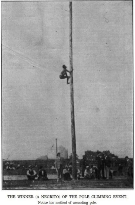 Победитель (пигмей) состязания по взбиранию на шест, 1904 год. | Фото: oztypewriter.blogspot.com.
